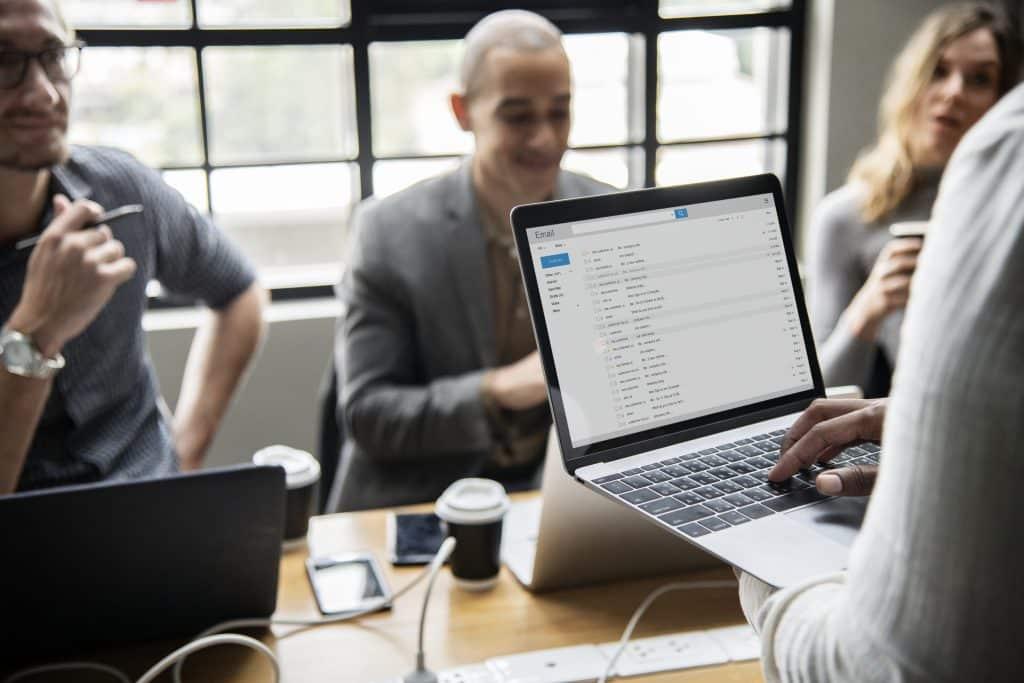 Pessoas em reunião usando computador